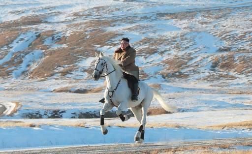 คิม จอง อึน ผู้นำสูงสุดเกาหลีเหนือ ปล่อยภาพออกสื่อ โชว์ขี่ม้าขาว บนยอดเขาสูงในเกาหลีเหนือ STR / KCNA VIA KNS / AFP