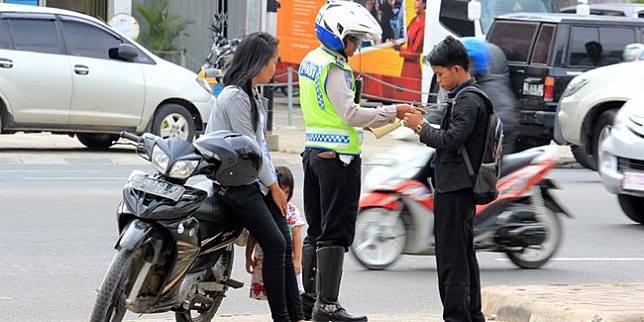 Penindakan kepada pelanggar aturan lalu lintas (Otosia.com/Nazarudin Ray)