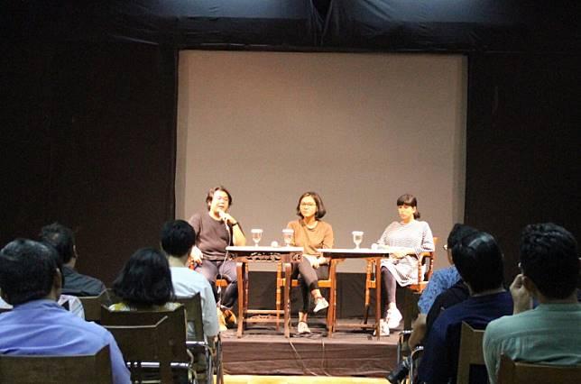 Insights: On stage, journalist Mawa Kresna (left), author Ruhaeni Intan (middle) and moderator Raisa Kamila participate in a discussion at Bentara Budaya Jakarta.