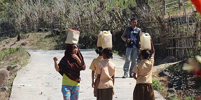 Mari Bantu Siswa-siswi SD di Flores Agar Tak Lagi Pikul Air 5 Km untuk Siram Toilet
