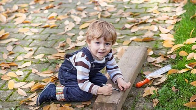北歐爸媽讓孩子揮斧頭、玩火?為什麼我們不行?
