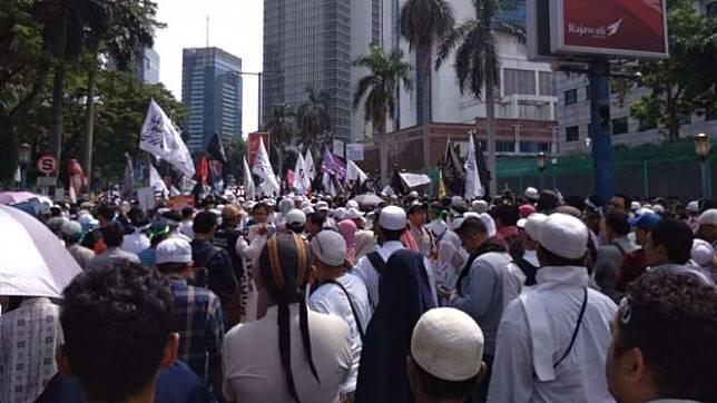 Persaudaraan Alumni 212 saat melakukan aksi demonstrasi di depan Kedutaan Besar China.