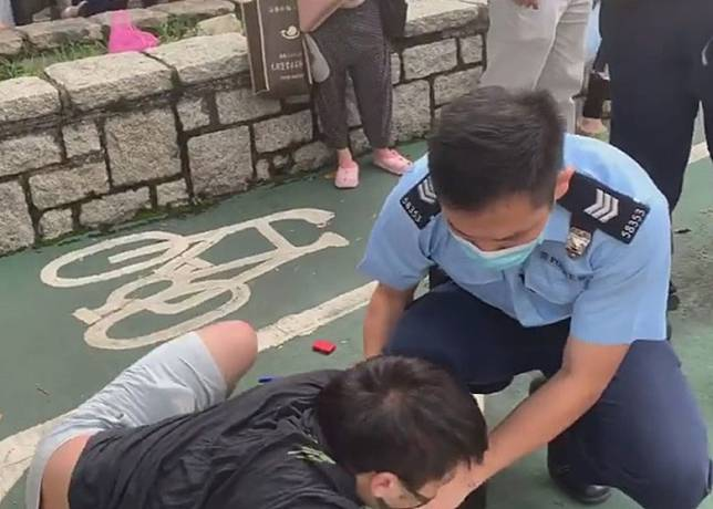 警員到場扶起被壓男子。
