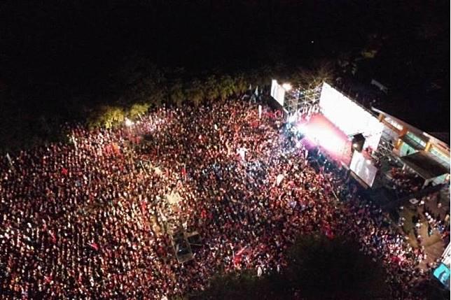 韓國瑜8日在美濃區高美醫專會場的造勢活動,現場湧進3萬名支持群眾。