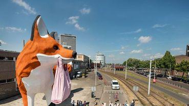 黃色小鴨之父霍夫曼公開最新創作「Bospolder Fox」!巨型狐狸現身荷蘭鹿特丹街頭