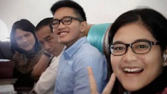 Putra Presiden Jokowi, Kaesang Pangarep mengunggah foto dirinya bersama keluarga di kabin pesawat Garuda di Twitter-nya kemarin, Selasa, 16 Juli 2019. Sebelumnya PT Garuda Indonesia (Persero) Tbk. mengeluarkan pengumuman yang isinya mengimbau penumpang untuk tidak memotret di kabin pesawatnya. (sumber: Twitter @kaesangp)