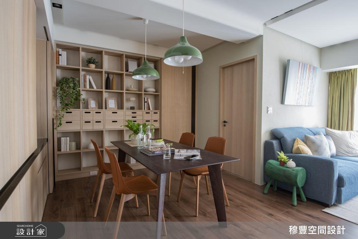 身兼工作機能的餐桌,一旁的置物櫃設計可運用開放式格狀櫃體來收納雜誌書籍,抽屜櫃能擺放筷子小碟子等等餐具