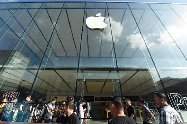 Antrean di luar toko Apple ketika iPhone 11, iPhone 11 Pro, dan iPhone 11 Pro Max mulai dijual di Hangzhou, Cina, 20 September 2019. REUTERS / Stringer