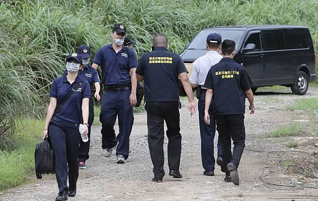 警方鑑識人員來到棄屍地點,進行採證。記者許正宏/攝影