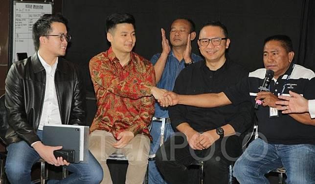 Dirut Garuda Indonesia Ari Askhara (dua kanan) bersama Youtuber Rius Vernandes (kiri) dan Ketua Harian Serikat Karyawan PT Garuda Indonesia Tomy Tampati (kanan) saat memberikan keterangan pers di Jakarta, Jumat, 19 Juli 2019. TEMPO/Muhammad Hidayat
