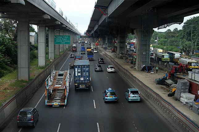 Vehicles pass a section of the Jakarta-Cikampek toll road in Bekasi, West Java, on May 14.