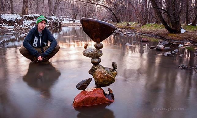 Batu bersusun di tengah sungai juga ternyata ada di luar negeri.