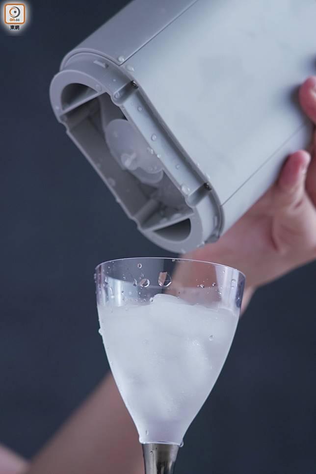 可從裝置直接擰出冰塊,每次最多製作12粒。(張群生攝)
