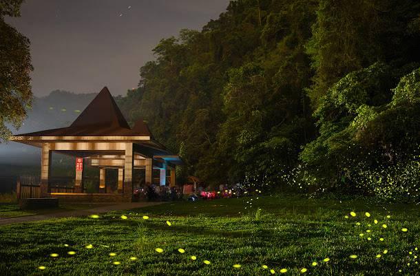 北埔冷泉位於北埔鄉外坪村的大坪溪,想前往消暑的話從北埔至冷泉車行大約20分鐘,除了冷泉之外每年4月底到5月初還可以在這遇見螢火蟲。圖:交通部觀光局