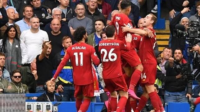 Para pemain Liverpool nampak merayakan gol yang dicetak oleh Roberto Firmino ke gawang Chelsea. (OLLY GREENWOOD / AFP)