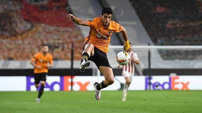 Aksi Raul Jimenez di laga Liga Europa Wolves vs Olympiakos Copyright: Sam Bagnall - AMA/Getty Images