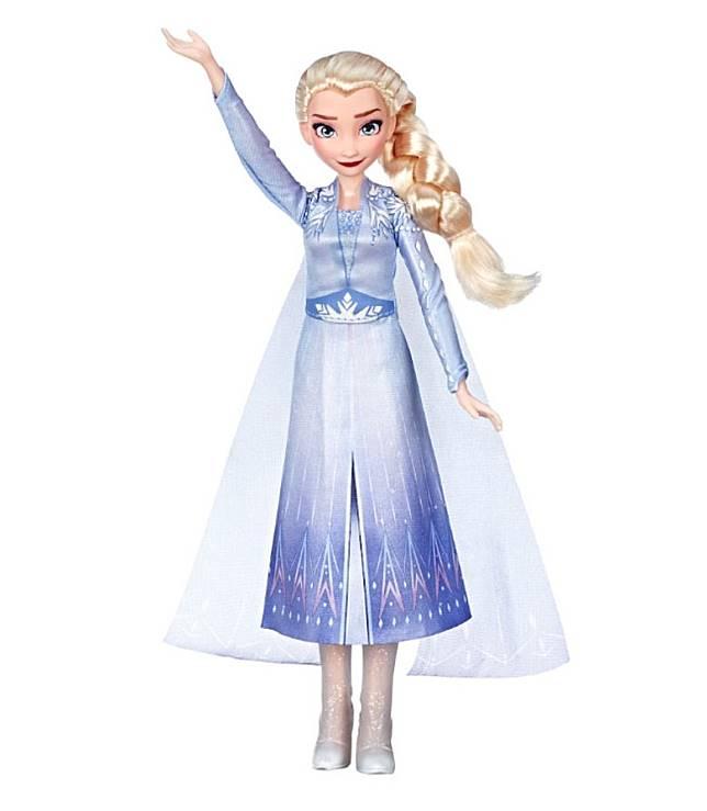 愛莎唱歌公仔,由玩具反斗城引入,只須按下按鈕,身上的裙子即會閃閃發光,並同時唱出電影原創歌曲。(互聯網)