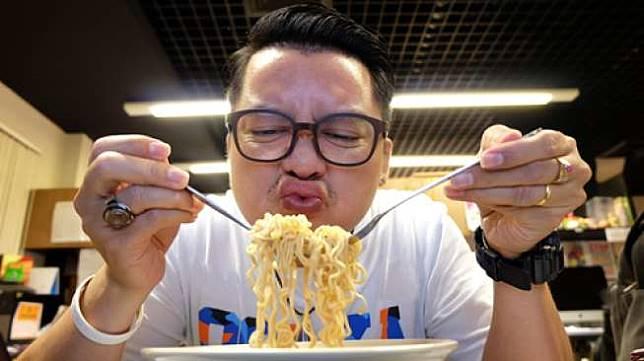 Ilustrasi makan mi instan (Shutterstock)