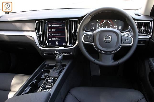 車廂設計盡顯北歐簡約豪華,而且中控台微微傾向駕駛者。(盧展程攝)