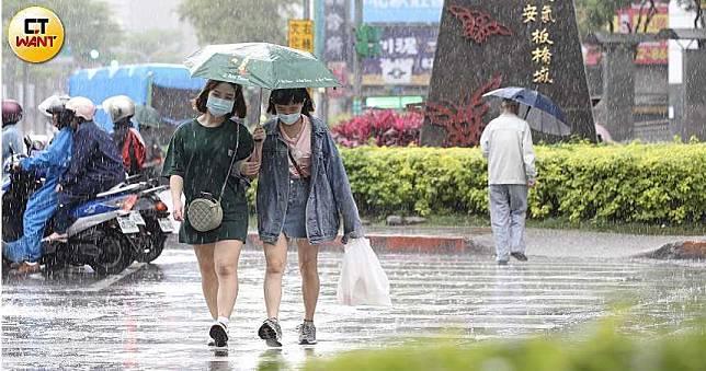 今午後降雨擴大「劇烈降雨」連4天 一張圖看懂鋒面+雨勢