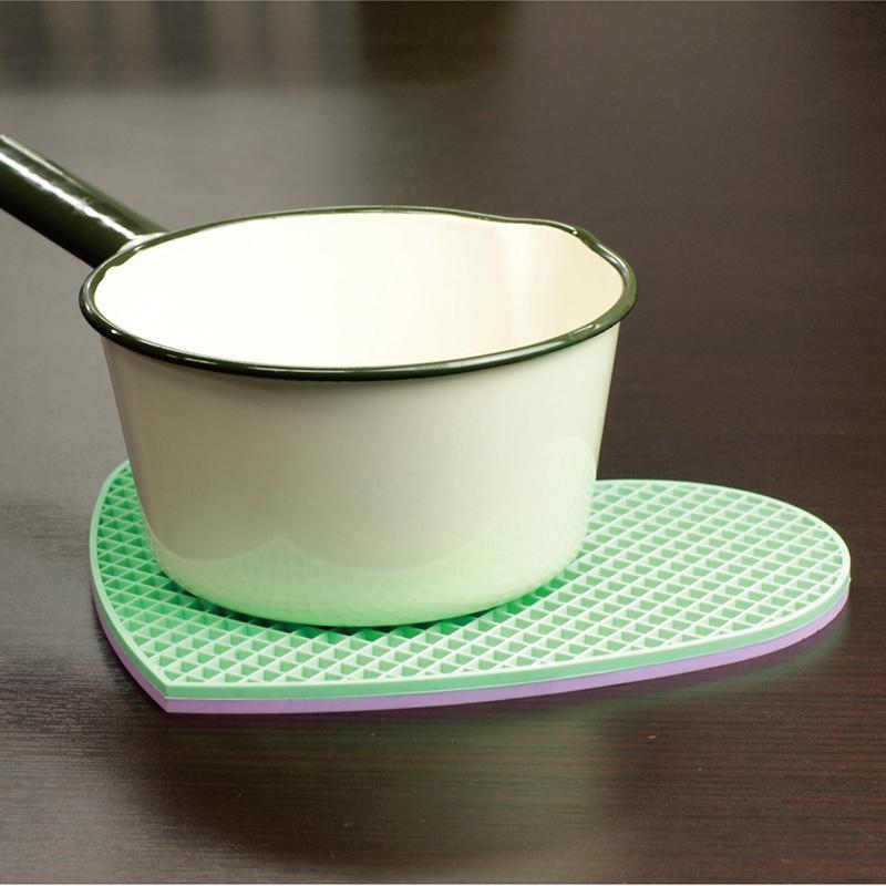 產品特色 三種主要用途 - 隔熱、餐墊(止滑)、開瓶。 格中紋路設計 - 優異的隔熱與散熱功能。 三種配色組合各一塊。 材質柔軟細緻不刮手。 產品介紹 商品規格 產地:中國保固:無材質:矽橡膠 Sil