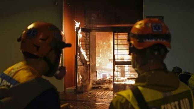 ผู้ประท้วงฮ่องกงวางเพลิงอาคารกักกันผู้ติดเชื้อไวรัสจากเมืองอู่ฮั่น