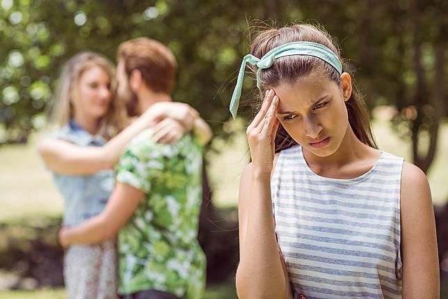 20 Pertanda Pasangan Anda Telah Mendua Hati