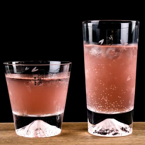 倒入飲料會隨著光折射,將顏色映在杯底的富士山杯。