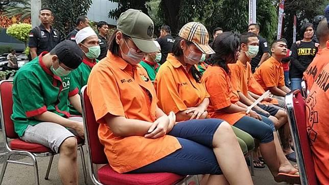 Lucinta Luna bersama FLO saat pemusnahan barang bukti narkoba yang Polda Metro Jaya sita selama tahun 2020, Rabu, 19 Februari 2020. Tempo/Zulnis