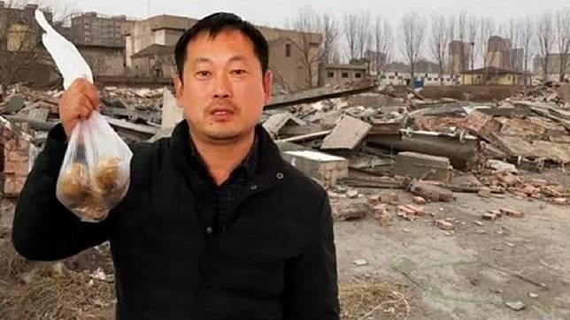 河南一名男子去超市買東西,回來發現自己800多坪的家和修車廠被拆成了廢墟。(圖/翻攝自陸網)