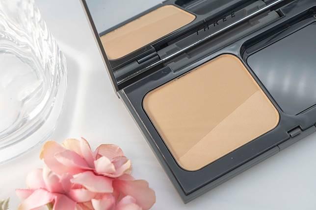 一盒有齊細緻光澤及細緻霧感兩種粉質,可分開或同時使用。