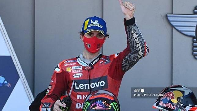 Pembalap Italia Ducati Lenovo Team Francesco Bagnaia merayakan di podium setelah balapan MotoGP dari Grand Prix Spanyol di Sirkuit Jerez di Jerez de la Frontera pada 2 Mei 2021. PIERRE-PHILIPPE MARCOU / AFP