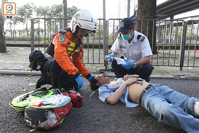 救護員到場治理受傷男子。(胡家豪攝)