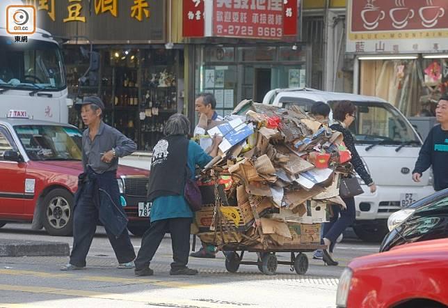 政府今發表新一份貧窮報告,顯示香港有逾140萬貧窮人口。(何天成攝)