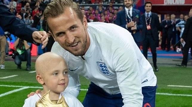 Penyerang Timnas Inggris, Harry Kane berfoto dengan Ben Williams pada gelaran Piala Dunia 2018 lalu. (Twitter/@HKane)