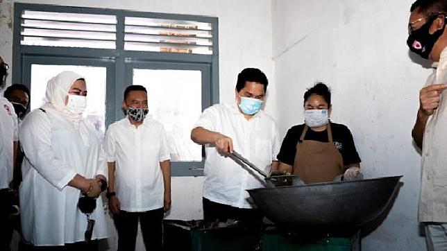 Menteri BUMN Erick Thohir bersama Satgas Lawan Covid-19 DPR kunjungi  posko masak bersama dibilangan Jakarta Selatan, Sabtu 6 Juni. Foto : Istimewa