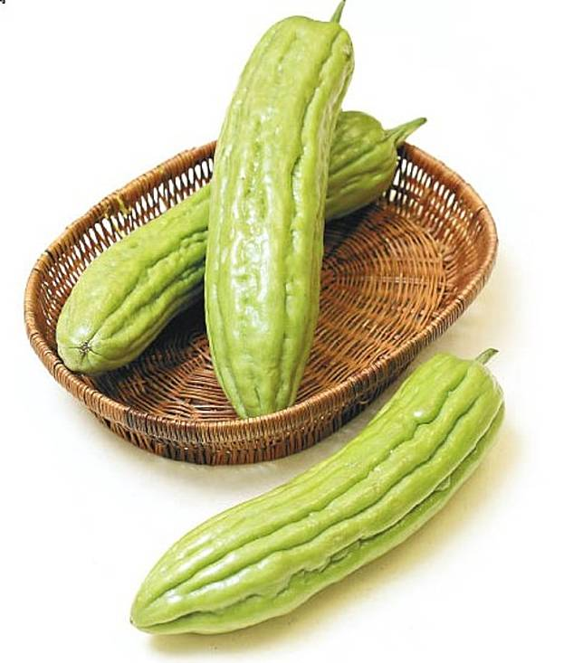 苦瓜分為青苦瓜與白玉苦瓜,營養成分相若,前者常用於炒菜、熬湯;後者多伴以沙律或榨汁配搭蜂蜜飲用。(互聯網)