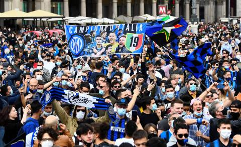 Inter Milan Juara, Suporter Berpesta di Pusat Kota & Konvoi di Jalan (1)
