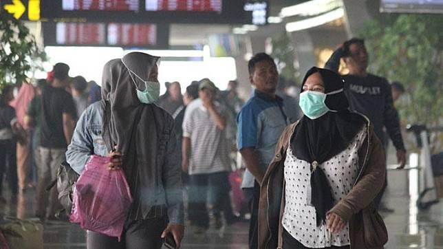 A number of would-be passengers wear masks at Supadio Airport in Kubu Raya regency, West Kalimantan, Sunday, September 15, 2019. ANTARA