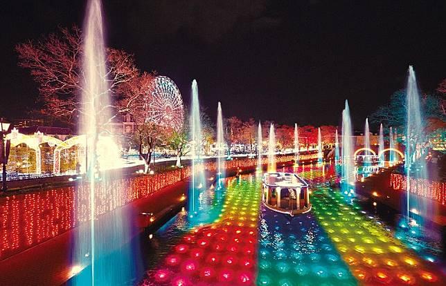 除了美麗燈飾,活動期間在運河上都不時有船隻巡航表演。(互聯網)