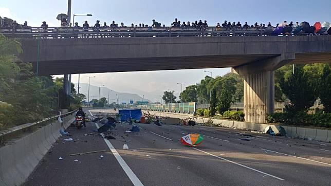 示威者往吐露港公路掟下雜物。