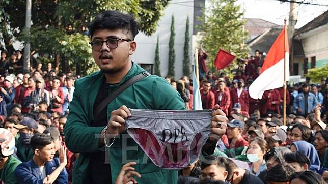 Over a thousand college students stage a protest against the revision of the KPK Law and other problematic draft bills in Bandung, West Java, Monday, September 23, 2019. TEMPO/Prima Mulia
