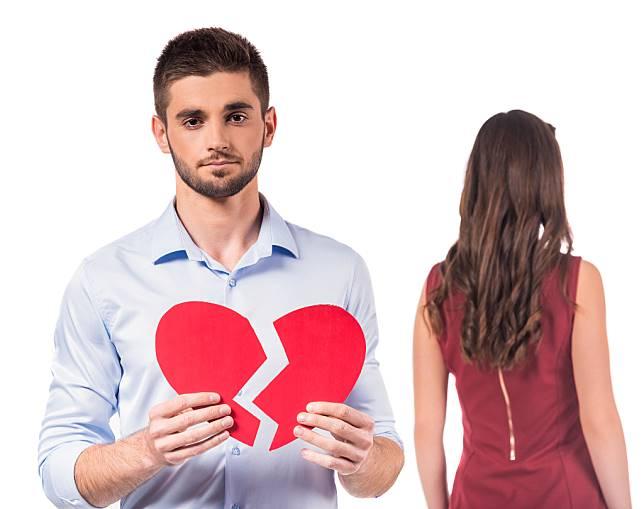 6 Cara Pria Menyembuhkan Luka Patah Hati, Nomor Satu Menangis di Kamar Mandi!