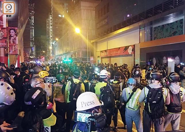 防暴包圍現場逾百記者及市民,並分流搜查。(楊日權攝)