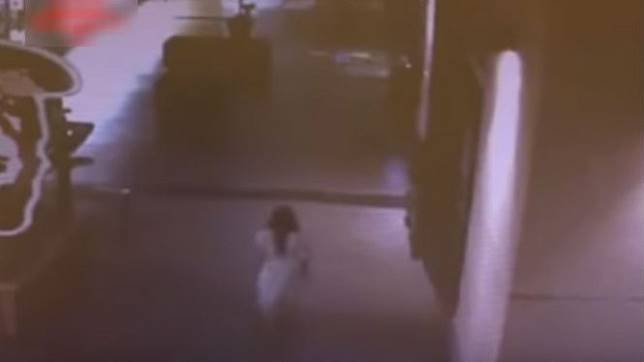 Mengerikan, Penampakan Wanita Berbaju Putih di Lorong Mal Terekam CCTV