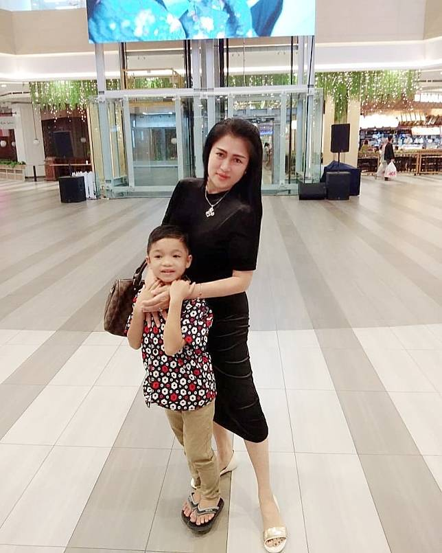 Revan bersama mama barunya, istri Kapolres Pelalawan