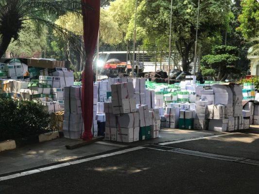tumpukan bukti milik BPN Prabowo-Sandi yang tercecer di Gedung MK