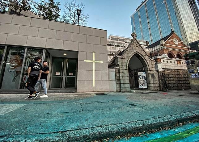 聖安德烈堂外的人行道地面遭「染藍」。(互聯網)