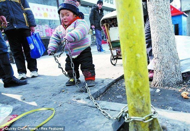 Seorang anak ditinggalkan oleh orang tuanya dengan dirantai di sebuah pohon.