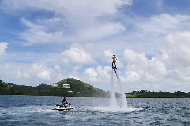 於馬拉卡爾島可以暢玩今期十分流行的Flyboard,能升離水面數米。(資料圖片)